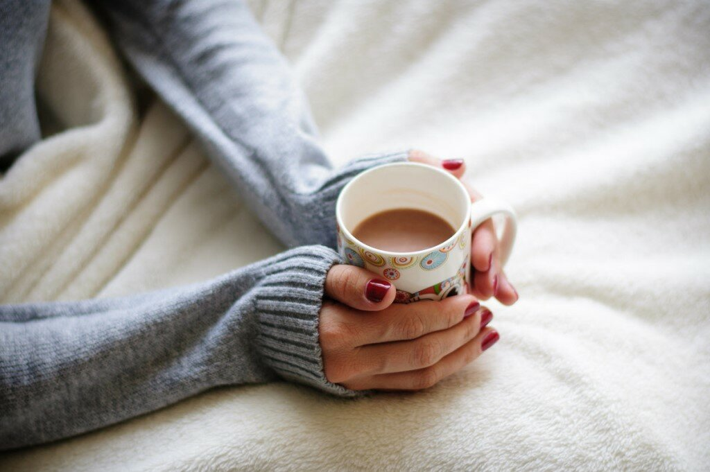 фото с чашкой чая в руках балкон