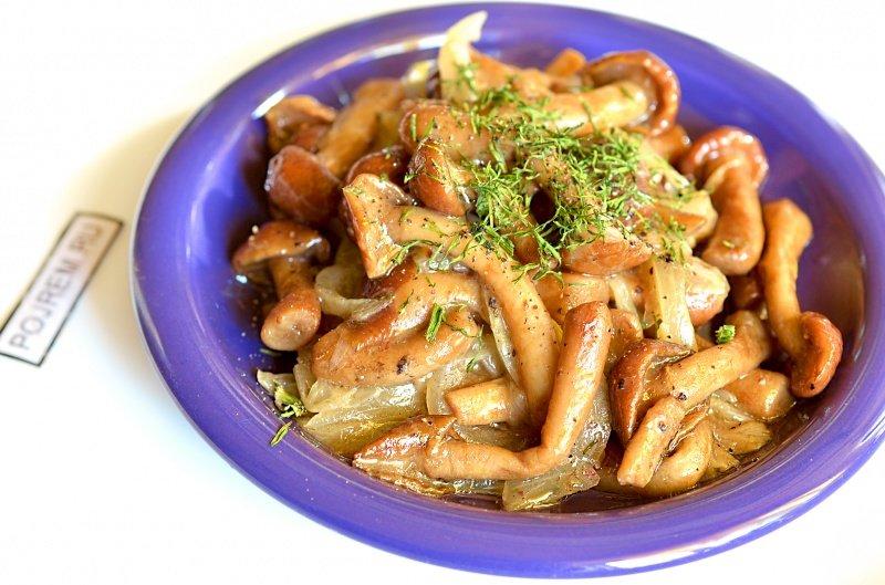 Особенности приготовления опятопята, жареные на сковородеинтересен опенок еще и тем, что его структура, при малом размере, плотней.