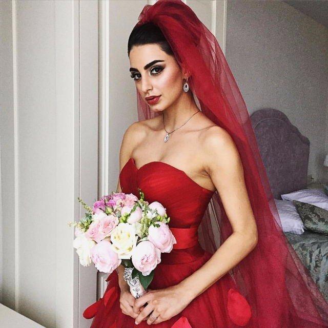Мода и красота: Роскошная невеста в красном свадебном платье.