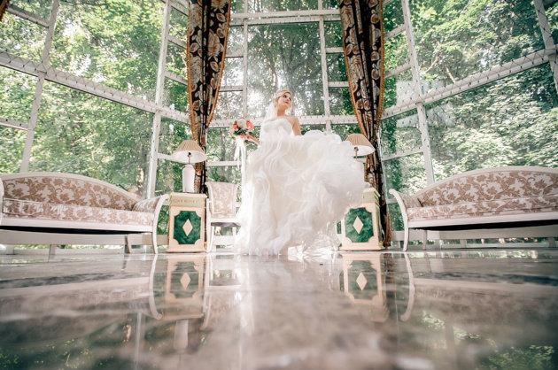 2016 год поставил довольно трудную задачу для создателей модных свадеб - создать актуальное сочетание простоты и роскоши.