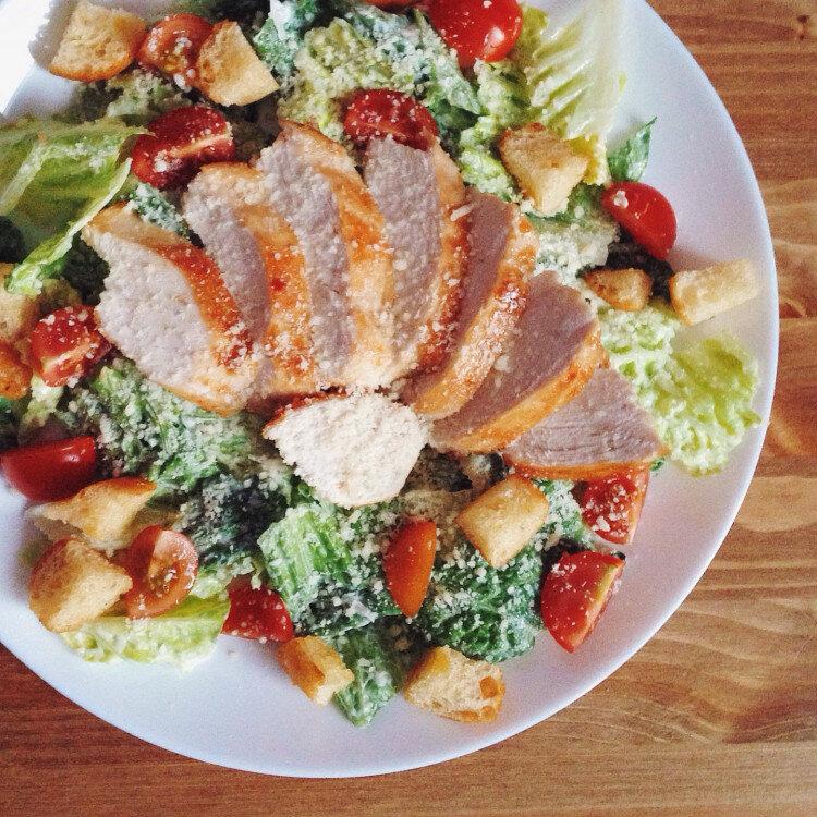 """Представляем вам вариант рецепта салата """"Цезарь"""" от Вероники. Все ингредиенты такие, как в оригинальном салате, только заправка авторская."""