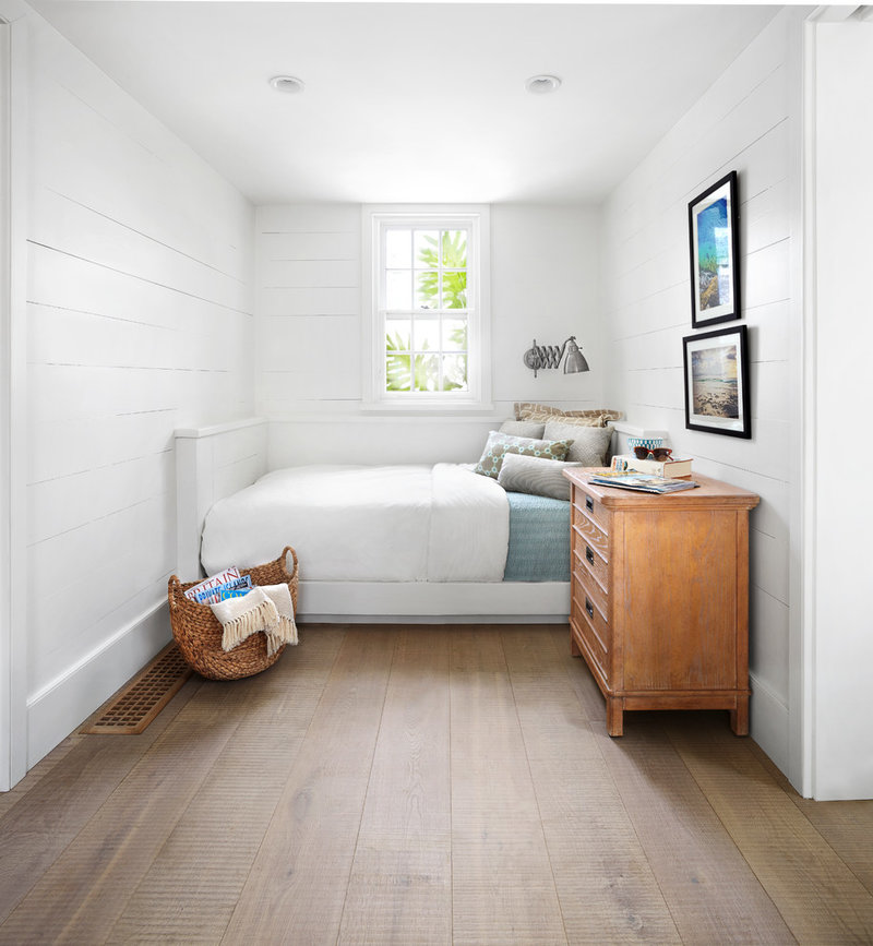 Односпальная кровать, поставленная у окна, обеспечивает приятное пробуждение по утрам