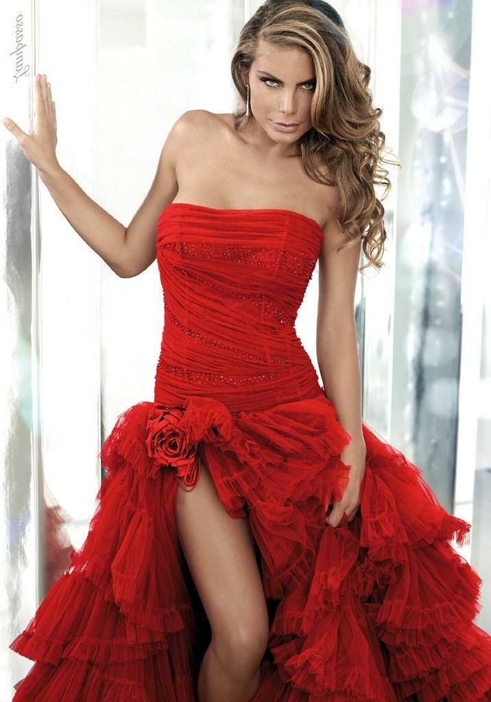 Смелое красное платье