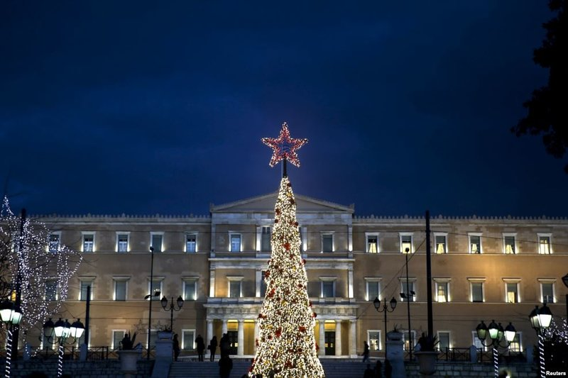 Рождественская елка в Афинах установлена на центральной Площади Конституции