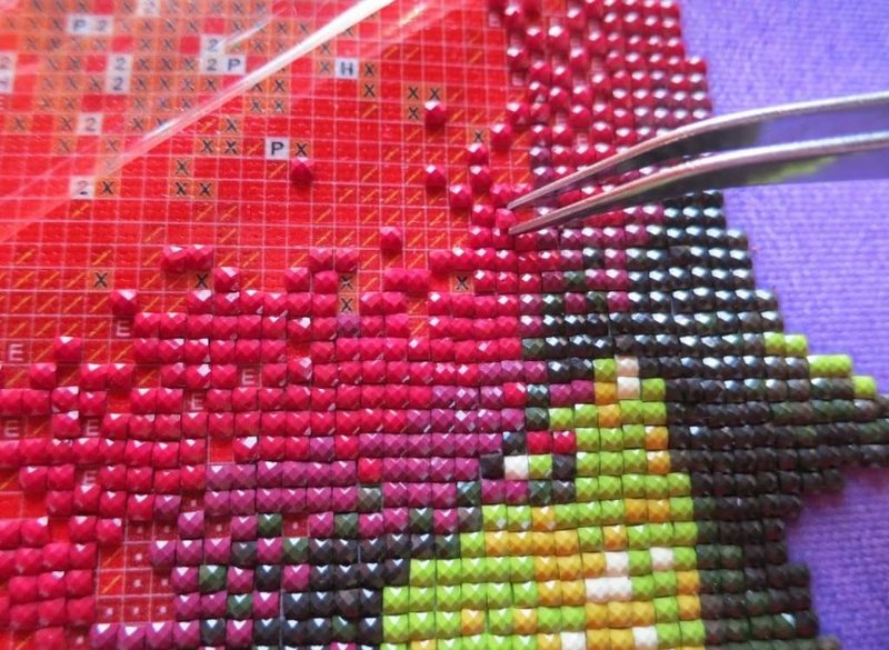 Фото алмазной вышивки в процессе