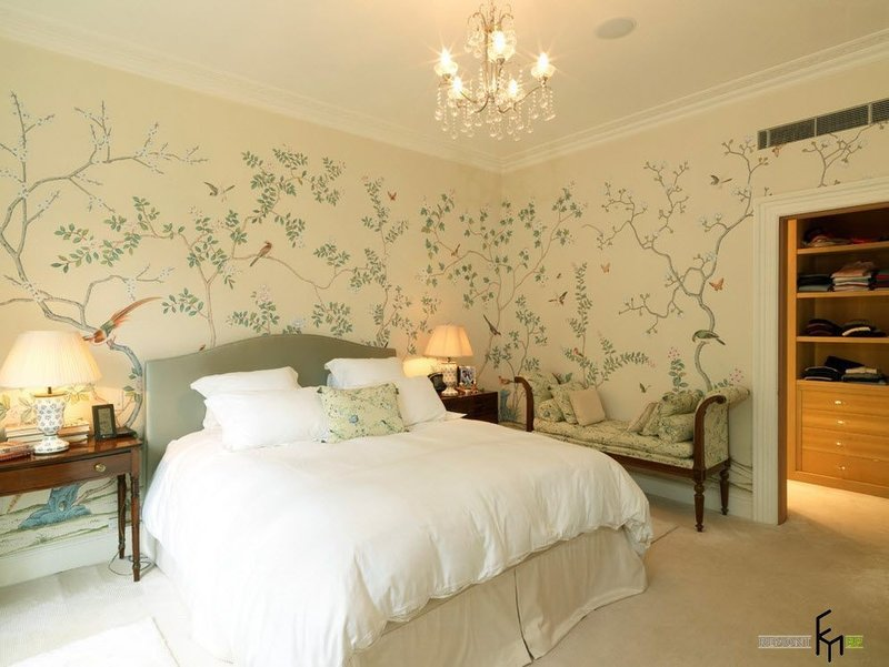 Красивый интерьер спальни с обоями: комбинированные, в цветочек, с рисунком. Дизайн и сочетание обоев в маленькой и большой спальной комнате на фото.