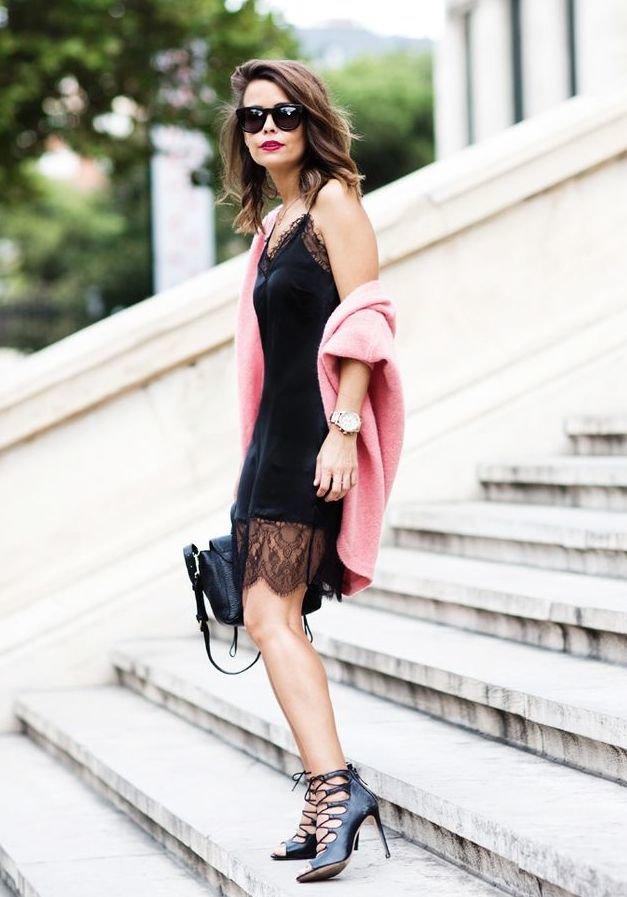 Вечерное платье с кружевом в идеале будет смотреться с насыщенной розовой накидкой.