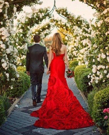 Красные свадебные платья выбирают самые яркие невесты. Стоит ли выбирать бело-красное платье  и стоит ли останавливать выбор на платье с красными элементами или коротком варианте?