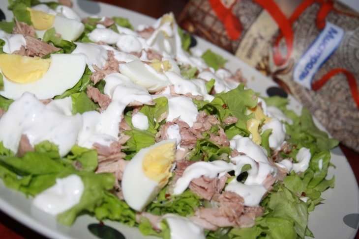 Салат с тунцом, киноа и яйцом