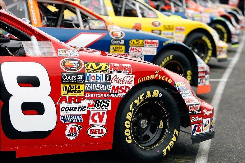 болиды NASCAR в ряд
