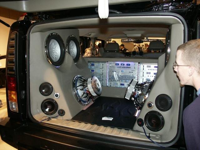 Фото примеров установки автозвука