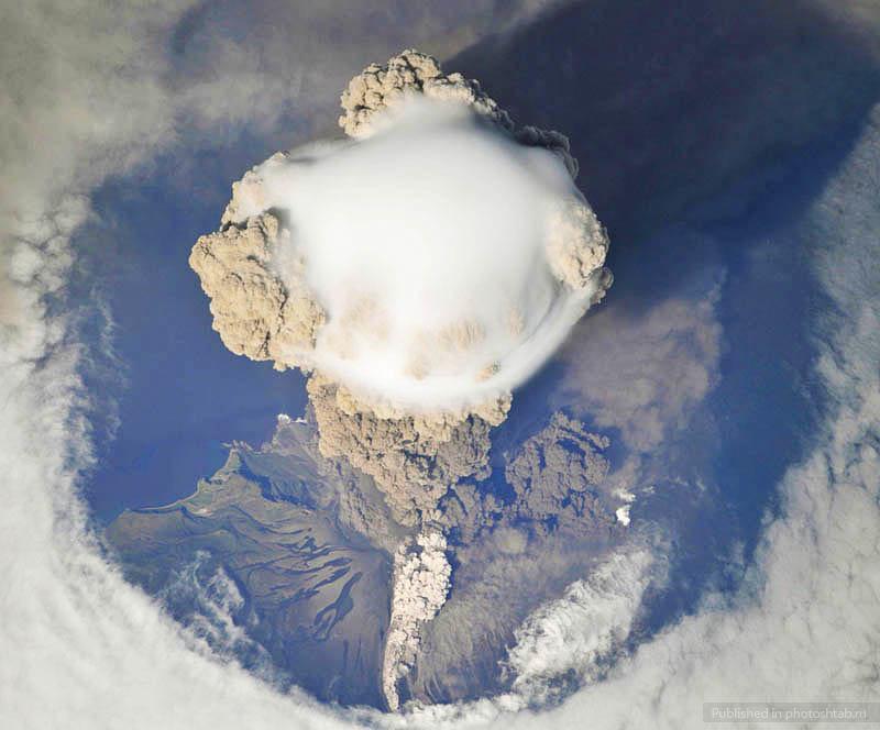 Облачная шляпа после извержения вулкана