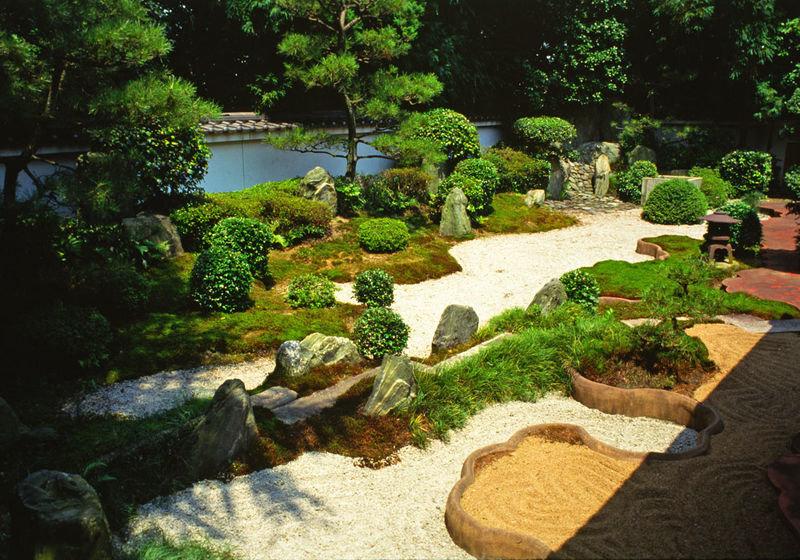 Неотрывное созерцание и любование красотами природы позволяет забыть о тяготах обыденной жизни, расслабиться и прийти к душевному равновесию. Правильно созданный японский сад вызывает ощущение вечности.