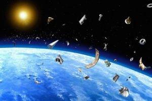 musor zemlja Количество космического мусора на околоземных орбитах растет с каждым годом. Соответственно возрастает и вероятность столкновения работающего спутника с фрагментами мусора. Cтолкновение с достаточно крупным безхозным объектом бывают редко, но запоминаются надолго. Однажды подобное столкновение привело к потере французского спутника.