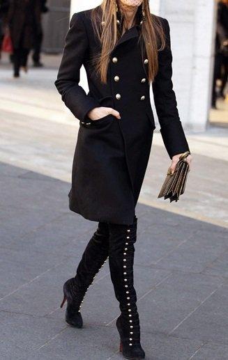 Анна Делло Руссо в черном пальто в стиле милитари и высоких сапогах