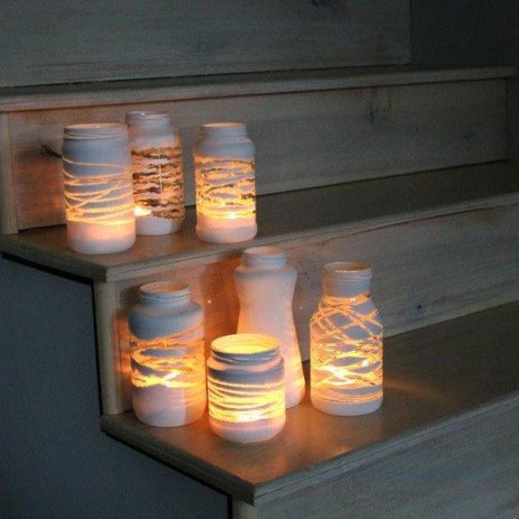 Белые подсвечники из стеклянных банок