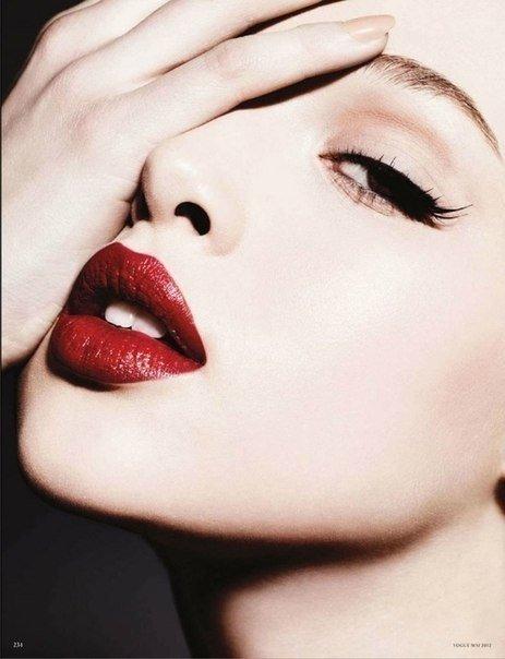 Чувственность губ с красной помадой