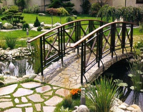 Солидный мост через водоем на загородном участке