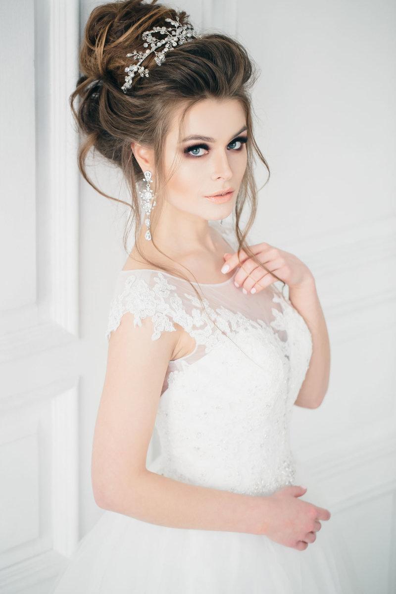Причёска на свадьбу с диадемой