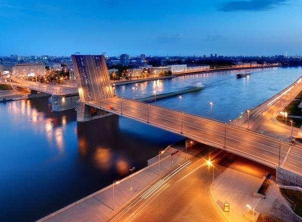 Володарский мост. Сдан в 1936 году. Это был одним из первых крупных советских мостовых проектов. Строительство было тщательно спланировано и на практике применены технологические и архитектурные новшества того времени.