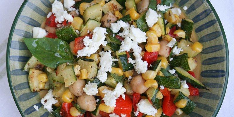 Cалат из нута и овощей-гриль Летнее солнце вдохновило Монику Шоу, на салат из овощей на барбекю, на быстрый и легкий летний обед, но одинаково вкусный и достаточно сытный