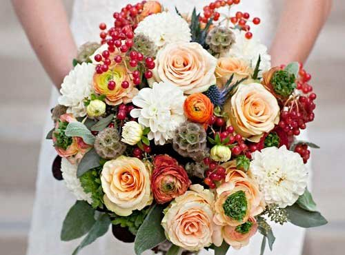 В этой статье мы дадим несколько стильных идей и рекомендаций по составлению оригинального и красивого осеннего букета для невесты.