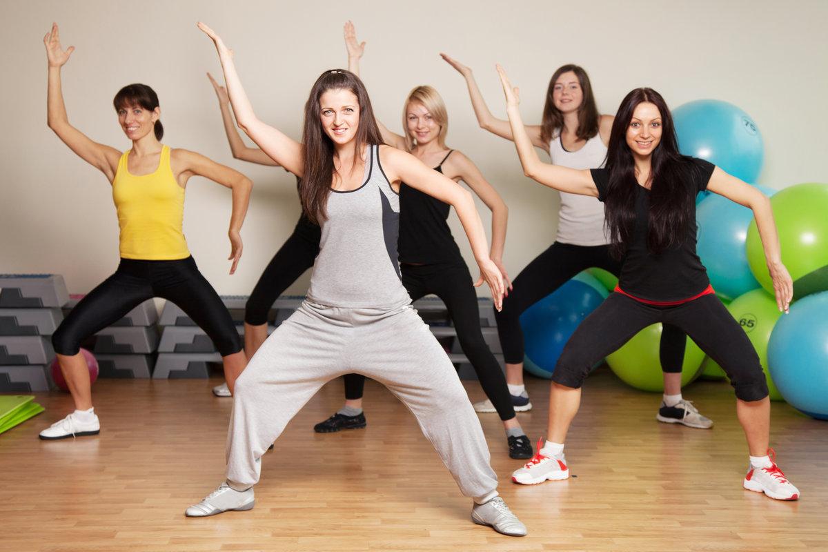 Group training in a fitness center   Frisk og Funksjonell
