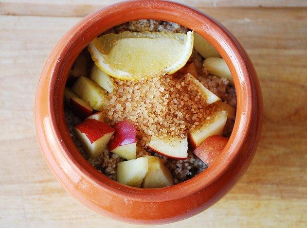 Готовим в горшочках: Ячневая каша со сливками, яблоком и изюмом