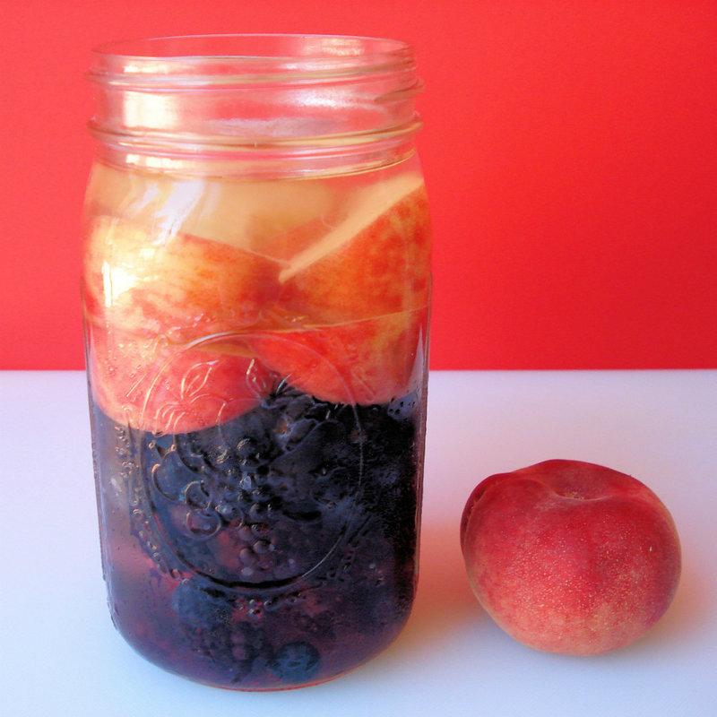 Кокосовый лимонад с персиком и ягодами