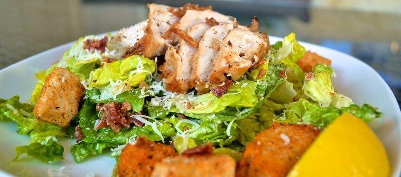 Рецепт салата Цезарь с курицей-гриль и сухариками с фотографиями
