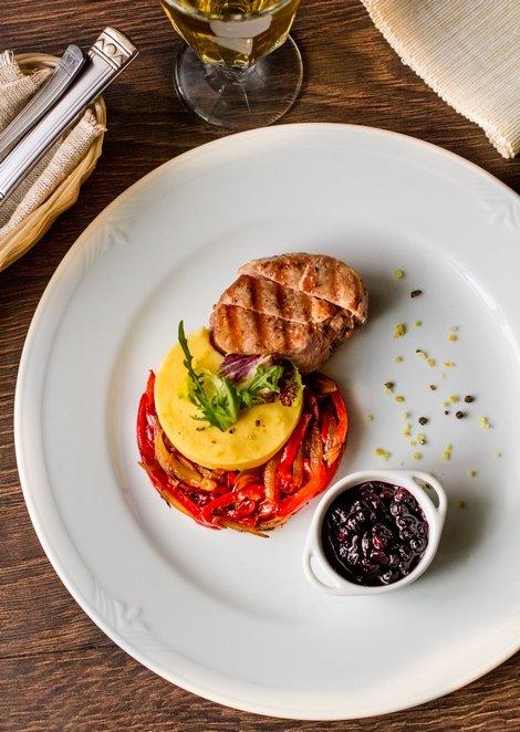 Подача блюд свиная грудинка сервировка блюд пищевой дизайн ресторанные рецепты высокая кухня фуд арт зелень кухня.