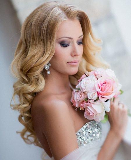 Этот макияж можно отнести к разновидности «французский шарм». Акцент делается на глаза, используются серые или бирюзовые тени.