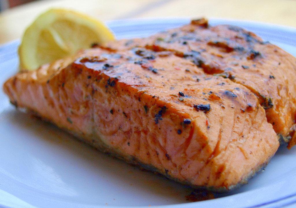 Аналогичный рецепт запеченной в сливках рыбы, но более праздничный.