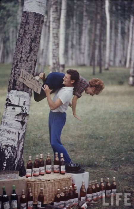 С серьёзными намерениями.  1960-е годы – время так называемой «хрущёвской оттепели» - одно из самых ярких десятилетий в истории СССР. Это время ярких личностей, крупных проектов и общественных реформ. В 1967 году американский фотограф Bill Eppridge снял для журнала «LIFE» серию фотографий «Советская молодежь», которая в этом же году появилась на страницах журнала.