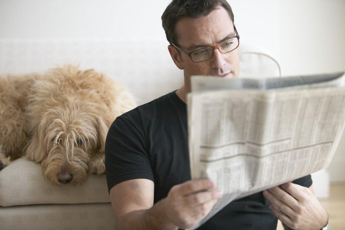 человек читает газету фото найдем