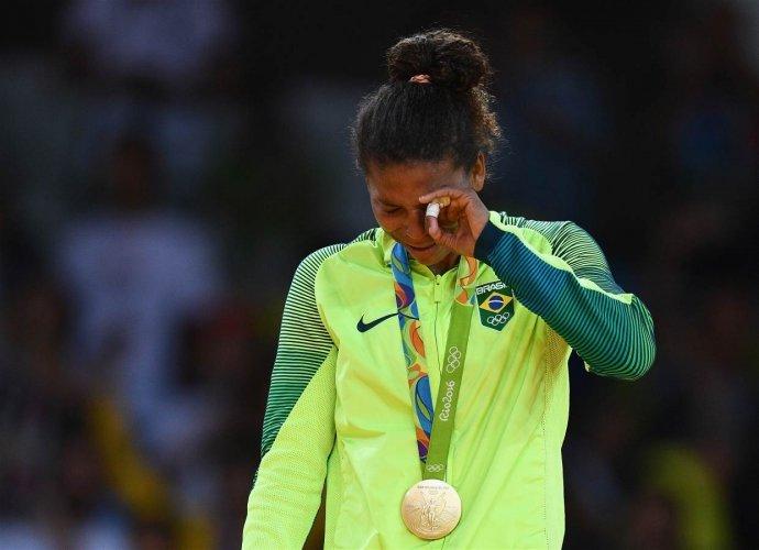 """Дзюдоистка Рафаэла Силва принесла Бразилии первое """"золото"""" в Рио, выиграв финальный поединок у монголки Сумии Доржсурен в категории до 57 кг"""