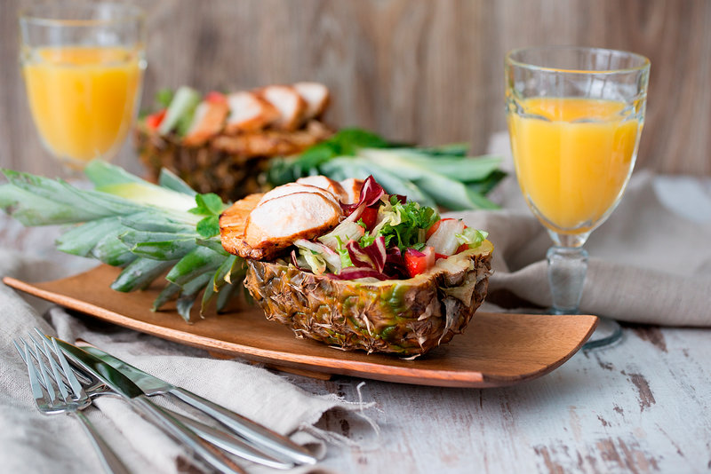 Пример сервировки салата в ананасе