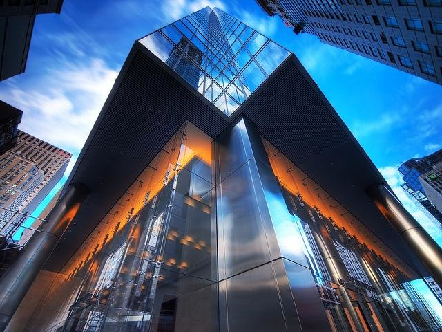 Башня в Торонто. Удивительное сочетание стекла и хрома.