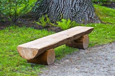 скамейки из бревен для дачи