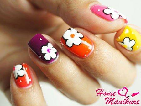 Цветы на ногтях – это популярный в мире нейл-арта вариант маникюра. Розы, фиалки, ромашки, маки, пионы и многие другие цветы вы можете воплотить в своем