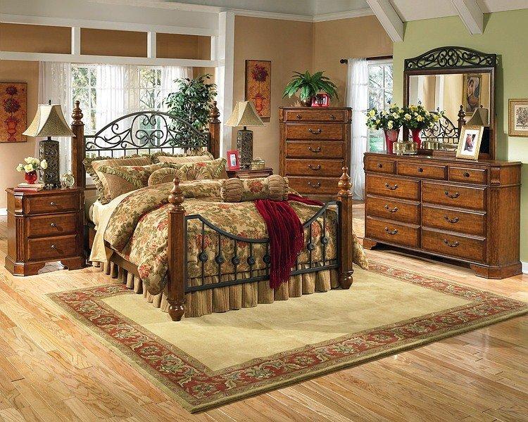 Спальня в стиле кантри с огромной кроватью