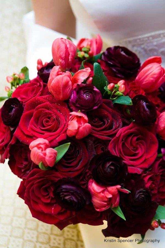 Как правильно составить букет невесты бордовый: значение и особенности цвета. Популярные сочетания цветов в композиции. Идеи и рекомендации флориста.