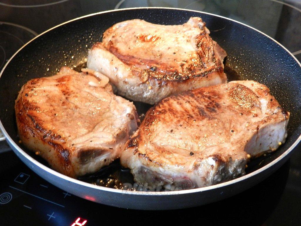 как пожарить стейк из свинины на сковороде чтобы она была сочной