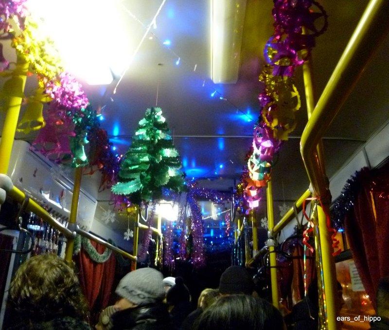 Казанские автобусы продолжают украшать новогодней мишурой