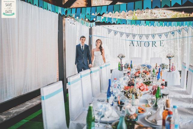 Свадьба была камерной, всего на 12 человек. А оформили её молодожёны в морском стиле.