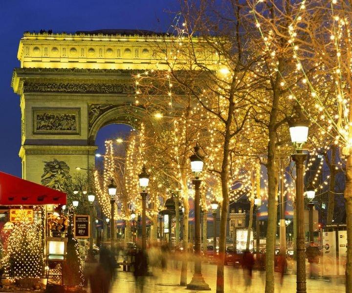 В последних числах начинают декорировать Лувр в рождественском стиле, а с 5 декабря открываются ярмарки на Сен-Жермен.
