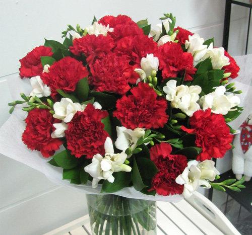 Тюльпан, красно белые гвоздики букет