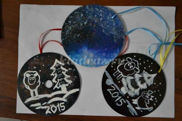 Новогоднего украшения из дисков своими руками.