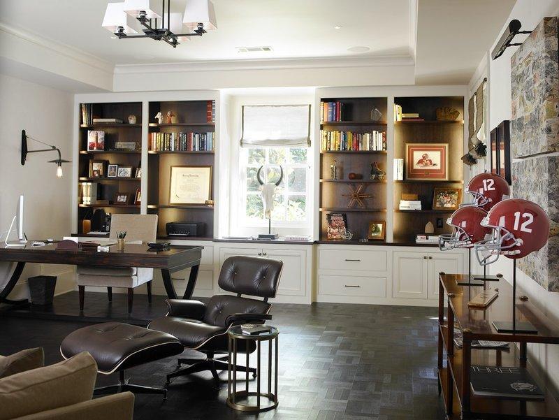 Домашний кабинет с полками, сувенирами