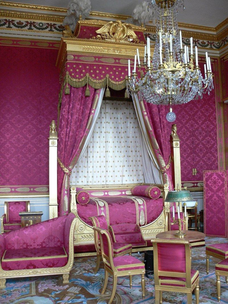 Основной источник света в интерьере дома в стиле ампир – хрустальная люстра классического дизайна, стилизованная под старину. Люстру помещают в лепную розетку, переход от потолка к стенам подчеркнут лепным фризом.